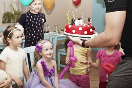 Детский клуб Канарейка поздравляет именинницу и дарит тортик с Мики!