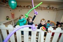 Свободное время в детском садике Канарейка - детям весело, у них есть надувные шарики
