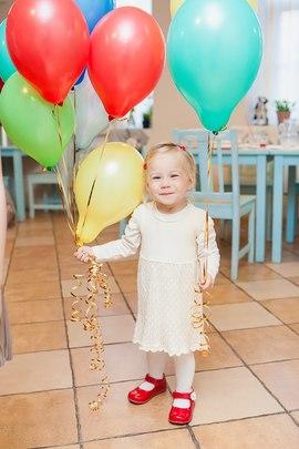 Девочка-солнышко с яркими шариками от детского клуба Канарейка