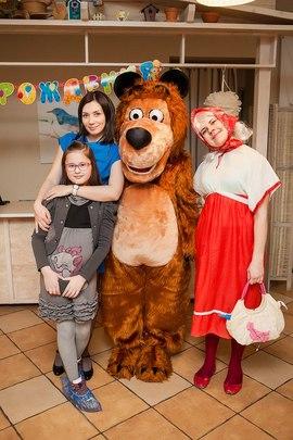 Аниматоры Маша и Медведь вместе со своими гостями в детском клубе Канарейка