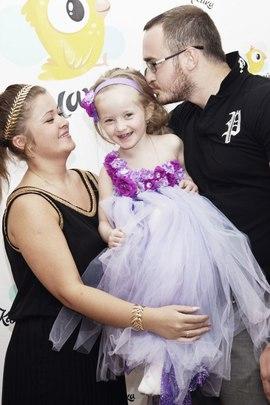 Маленькая принцесса в платье-цветочках в клубе Канарейка