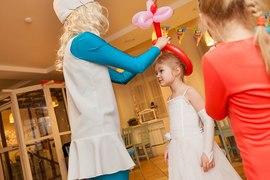 Аниматор Смурфик вручает приз корону для принцессы в клубе Канарейка
