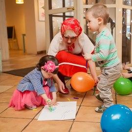 Развлечения в детском клубе Канарейка! Детки рисуют вместе с Машей