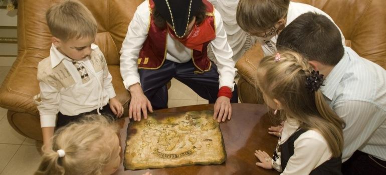 Пират и дети