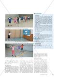 Werfen mit dem Schweifball - Schülerinnen und Schüler basteln sich ein Wurfgerät und erkunden verschiedene Möglichkeiten, wie dieses geworfen werden kann Preview 4