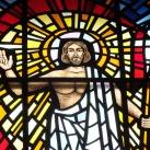 Az ócsai Szentháromság-templom üvegablakai