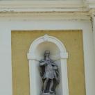 Szobrok a Szent Kereszt felmagasztalása-templom homlokzatán