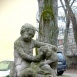 Kisfiú kutyával-szobor