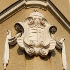 Szegedi Rókusi Általános Iskola homlokzati címere