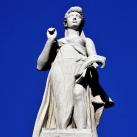 A Néprajzi Múzeum attikájának allegorikus szobrai: Színművészet (8.)