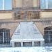 A Budapest-Fasori Evangélikus Gimnázium főbejáratától balra eső emlékpad