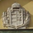 Noszlopy Gáspár Általános és Alapfokú Művészetoktatási Iskola épületének címere