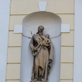 Szentháromság templom homlokzati fülkeszobrai