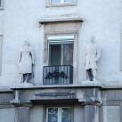 A Szent István úti lakóház bejárati díszítőszobrai