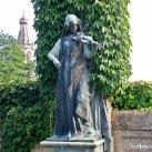 Hegedülő nő