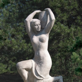 Korsós nő kútszobor