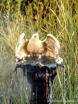 Szökőkút madár-szoborral