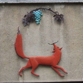 Róka szőlővel rézdombormű