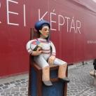 Szelfi-szobor – Fiú labdával