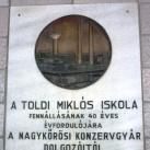 Toldi iskola 40 éves jubileumi emléktáblája