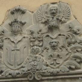 Csorba Győző Megyei Könyvtár épületének címere