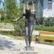 Vízbe lépő nő szobra