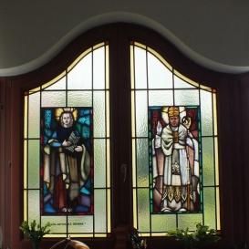 A Szent István Király Plébániatemplom sekrestyéjének üvegablaka