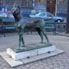 Figyelő kutya szobra