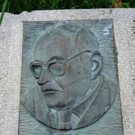 Ujvárosi Miklós dr. emlékoszlop