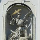 A Szentháromság templom homlokzatának szobrai