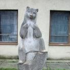 Ülő medve-szobor