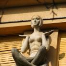 Meditáló nőalak