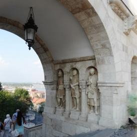 Árpád-kori harcosok szobrai