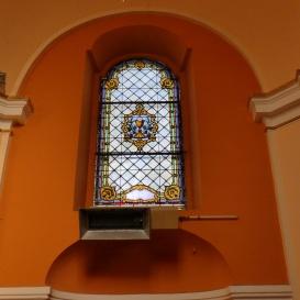 A katolikus templom szentélyének ablakai