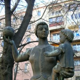 Anya gyermekkel és labdával