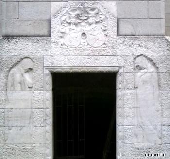 A budafoki Törley-mauzóleum homlokzatának domborművei