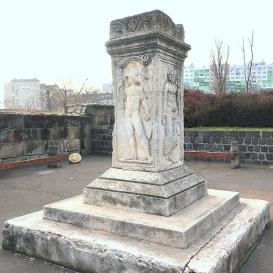 Római kori oszlop és relief töredékek
