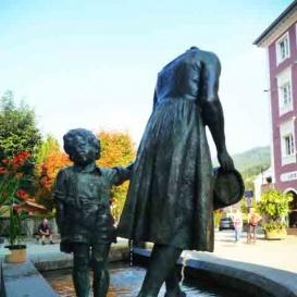 Anya gyermekével-szökőkút