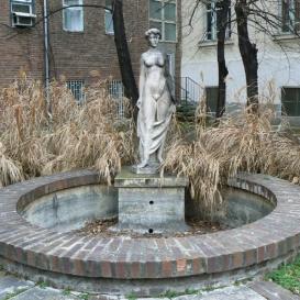 Fiatal lány-szobor