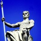 A Néprajzi Múzeum homlokzati szobrai: Törvényt látó