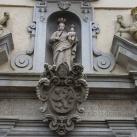 A Marianum homlokzatának szobrai