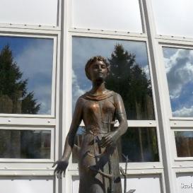 Faültető lány szobra