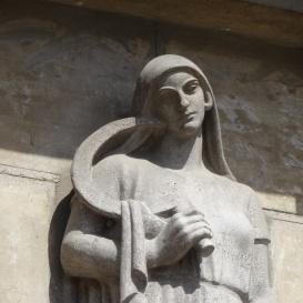 Allegorikus szobrok a banképületen