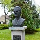 Singer Adolf mellszobra