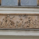 A vincés nővérek kolostorának homlokzati szobrai és domborműve