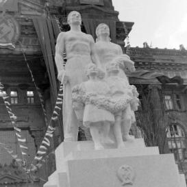 'A nagy Sztálinnak a hálás magyar nép'