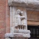 Az egykori Hernád utcai Népközségi Elemi Iskola kapubejáratának díszítőszobrai