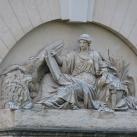 A párizsi Természettudományi Múzeum Nagy Amfiteátrumának homlokzati domborműve