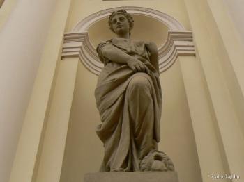 Forrás és a Fürdőzés-szobor