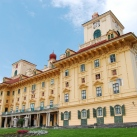 A kismartoni Esterházy-kastély homlokzati mellszobrai
